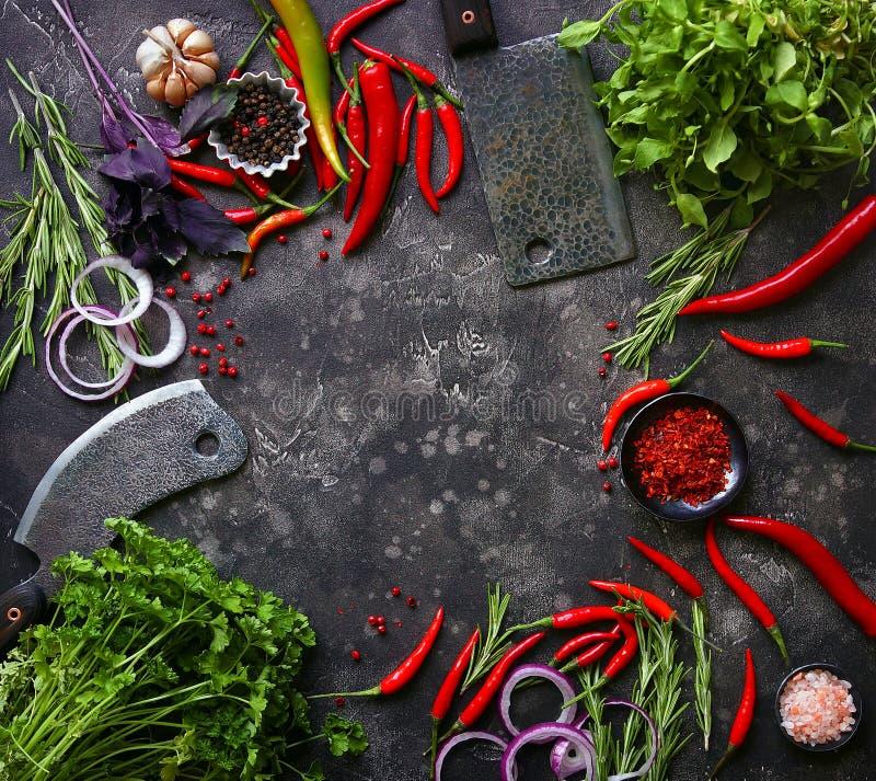 Vegetais crus frescos na obscuridade imagens de stock