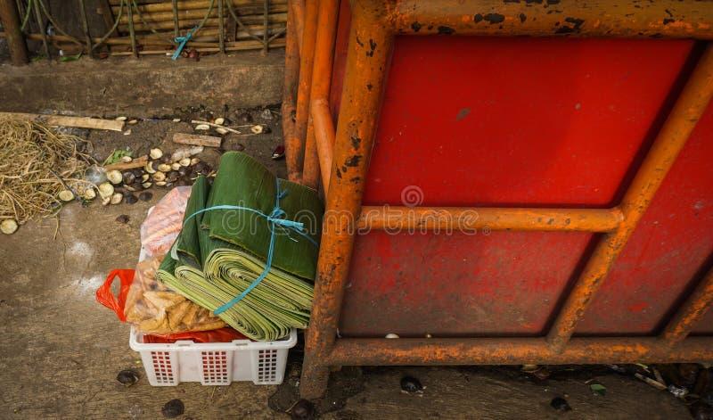 Vegetais da compra que incluem um pacote de folha da banana na caixa plástica branca Jakarta recolhido foto Indonésia fotografia de stock