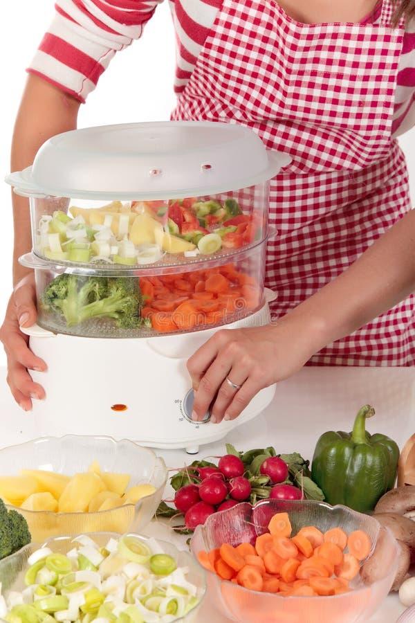 Vegetais da cozinha da mulher imagens de stock