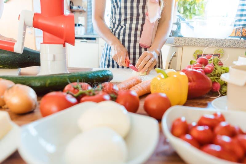 Vegetais da estaca da mulher na cozinha fotos de stock royalty free