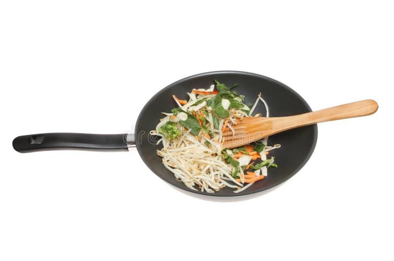 Vegetais da fritada da agitação em um frigideira chinesa fotos de stock