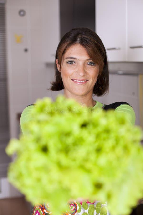 Vegetais da terra arrendada da mulher foto de stock royalty free