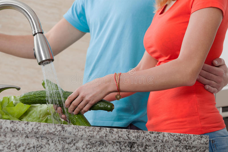 Vegetais de lavagem dos pares foto de stock royalty free
