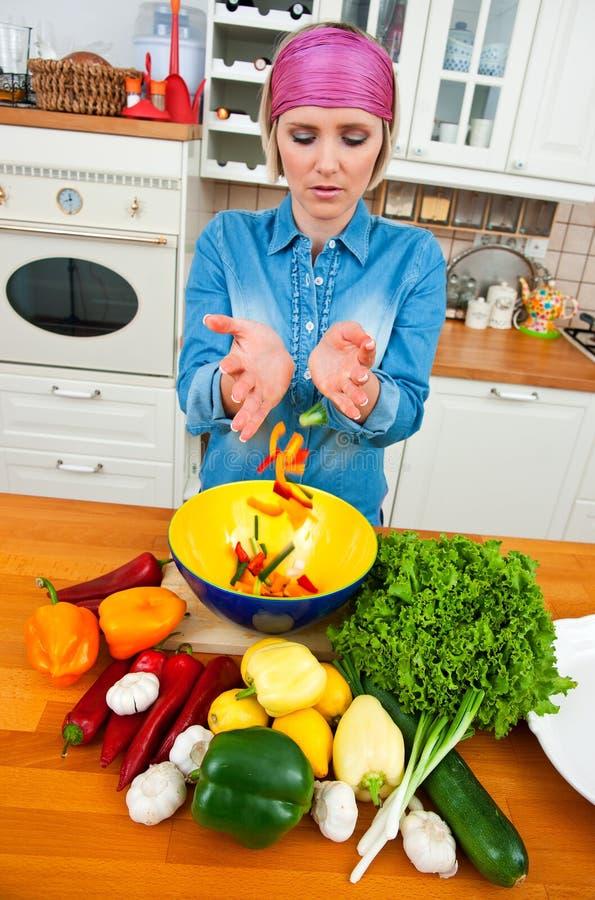 Vegetais de mistura da mulher fotografia de stock royalty free