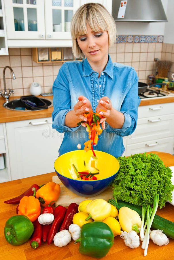 Vegetais de mistura da mulher imagem de stock royalty free