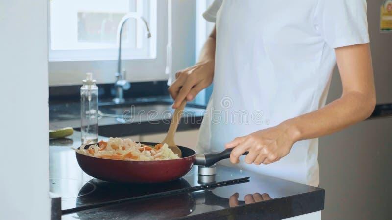 Vegetais de mistura na frigideira, close-up dos ingredientes da mulher fotografia de stock royalty free