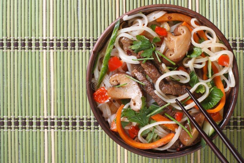 Vegetais de salada, carne, cogumelos e macarronete de arroz asiáticos foto de stock