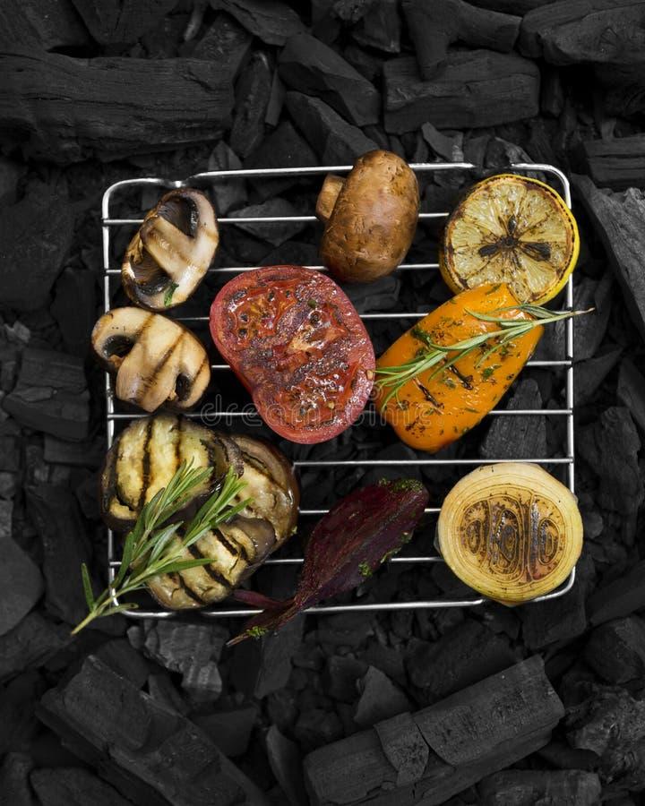 Vegetais deliciosos para a nutrição saudável que prepara-se na grelha da grade foto de stock