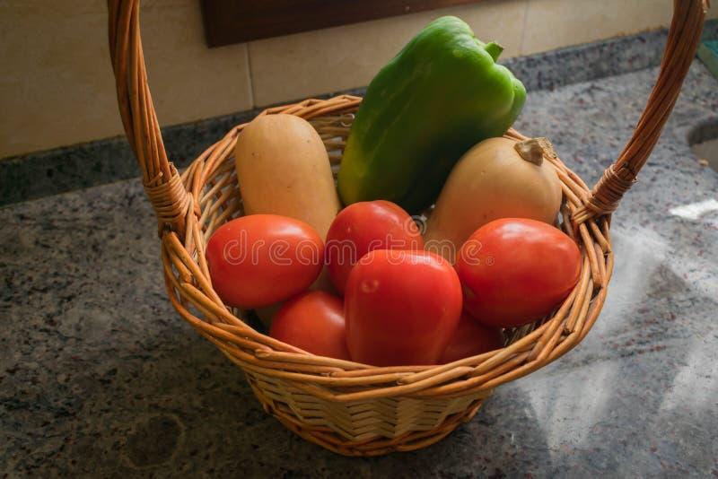 Vegetais diferentes com cesta de vime, fundo de mármore imagem de stock royalty free