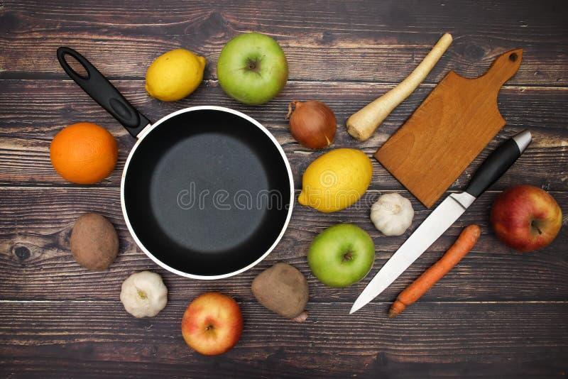 Vegetais e fontes da cozinha foto de stock royalty free