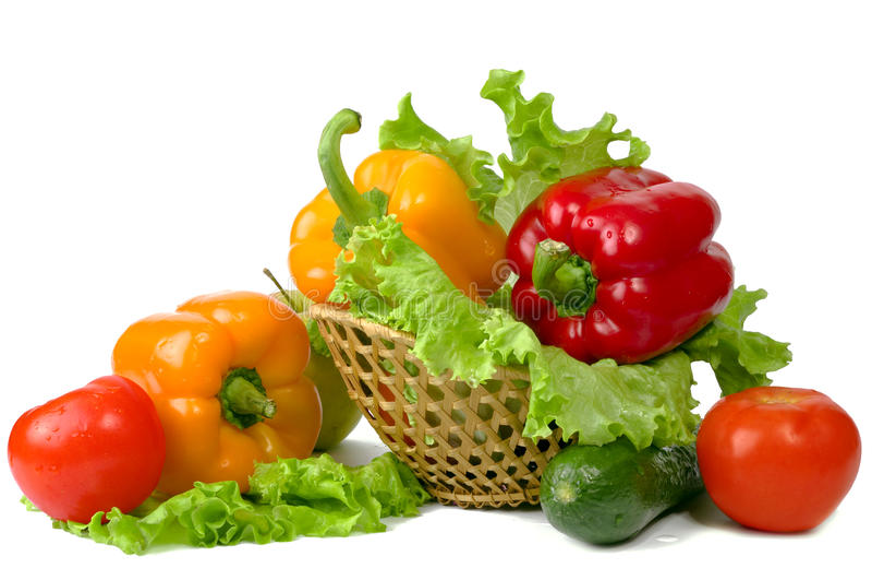 Vegetais e frutas em uma cesta imagens de stock royalty free