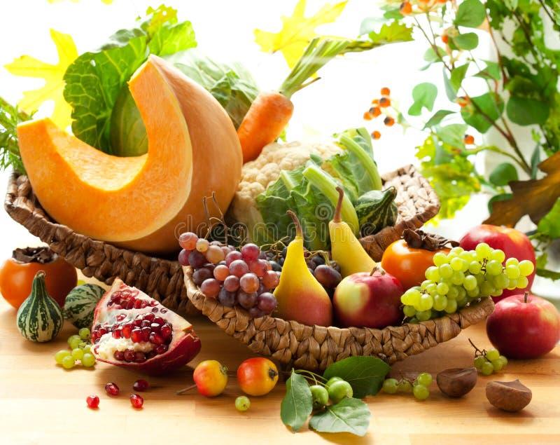 Vegetais e frutas outonais fotografia de stock royalty free