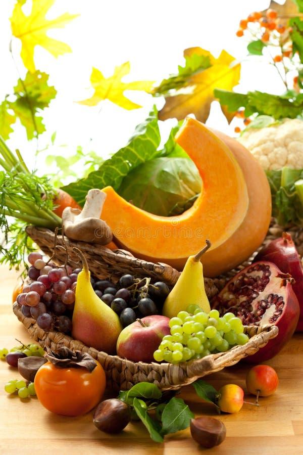 Vegetais e frutas outonais foto de stock