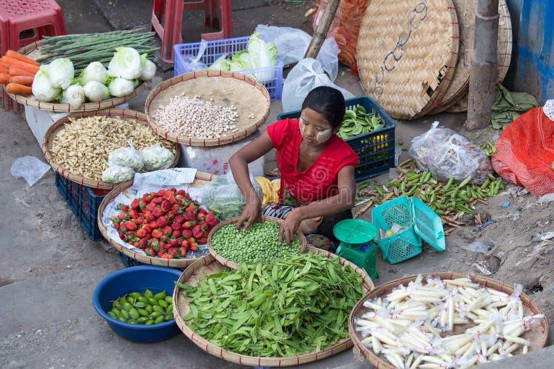 Vegetais e frutos da venda da mulher de Burman no mercado do alimento da rua em Yangon, Myanmar fotografia de stock