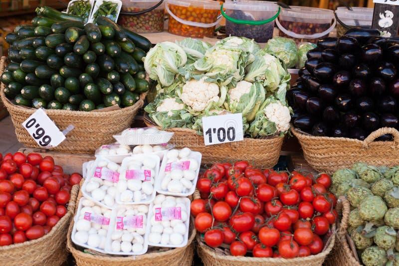 Vegetais e frutos em cestas de vime no contador do greengrocery fotografia de stock