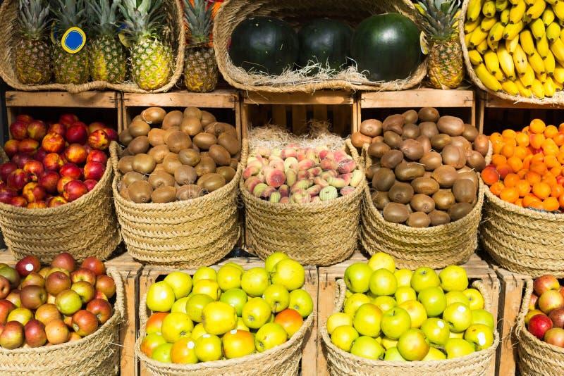 Vegetais e frutos em cestas de vime no contador do greengrocery imagens de stock royalty free