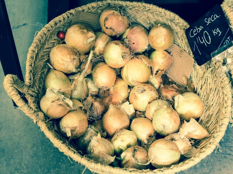 Vegetais e frutos em cestas de vime no greengrocery fotos de stock royalty free