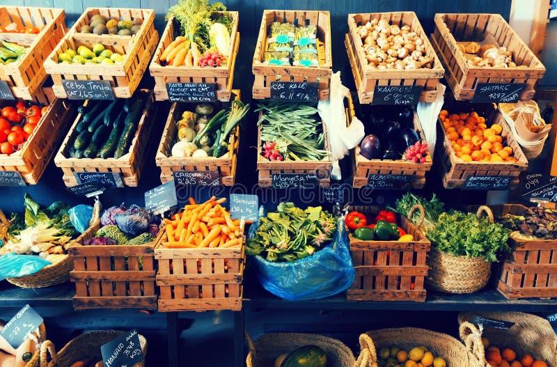 Vegetais e frutos em cestas de vime no greengrocery imagem de stock