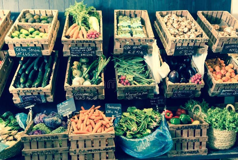 Vegetais e frutos em cestas de vime no greengrocery fotografia de stock