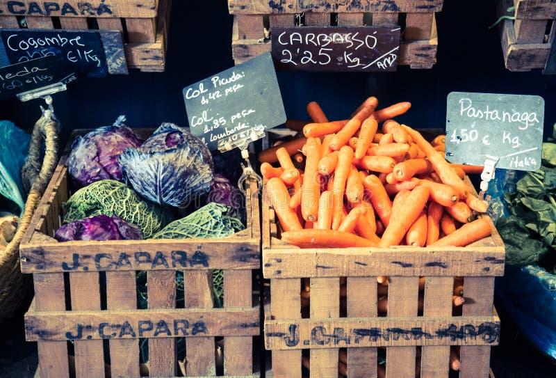 Vegetais e frutos em cestas de vime no greengrocery imagens de stock