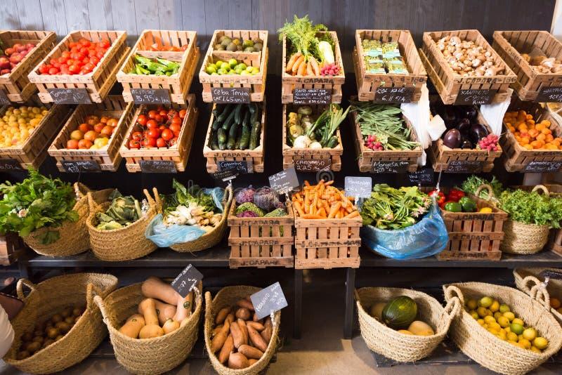 Vegetais e frutos em cestas de vime no greengrocery foto de stock royalty free