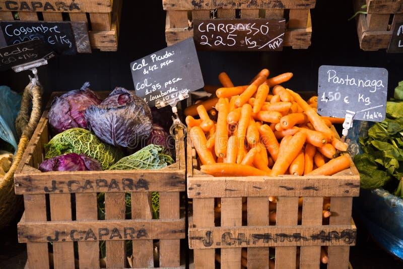 Vegetais e frutos em cestas de vime no greengrocery imagem de stock royalty free