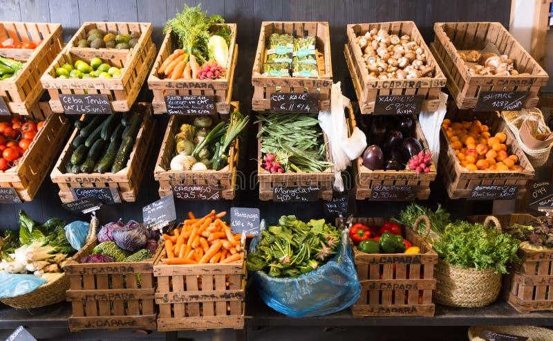 Vegetais e frutos em cestas de vime no greengrocery fotos de stock