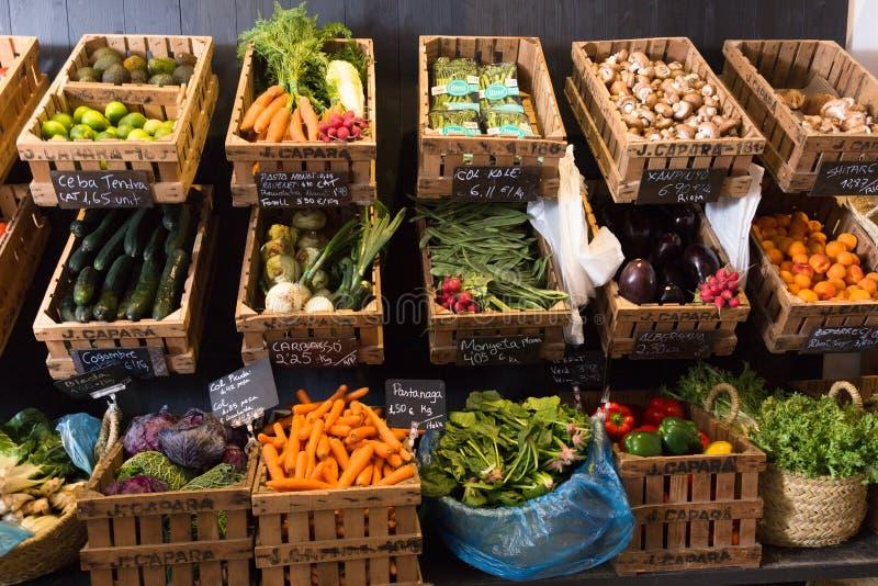 Vegetais e frutos em cestas de vime no greengrocery foto de stock