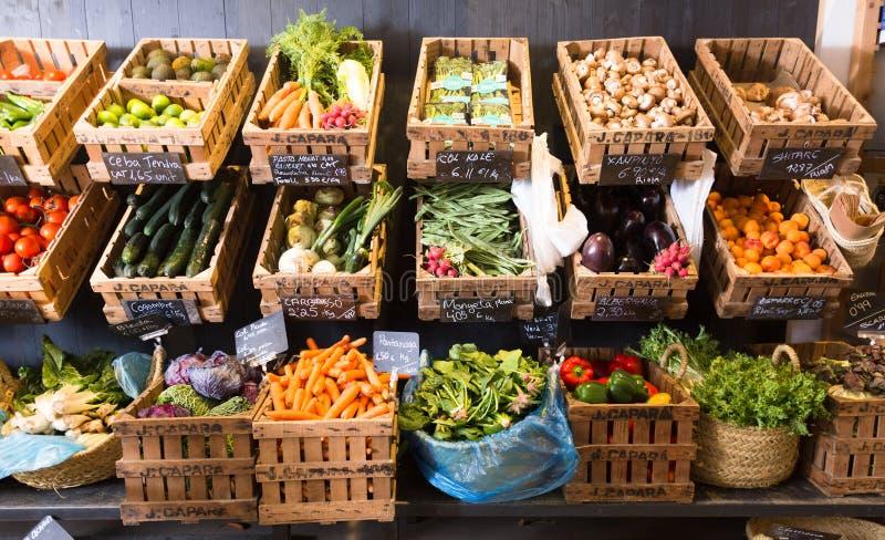 Vegetais e frutos em cestas de vime no greengrocery fotografia de stock royalty free