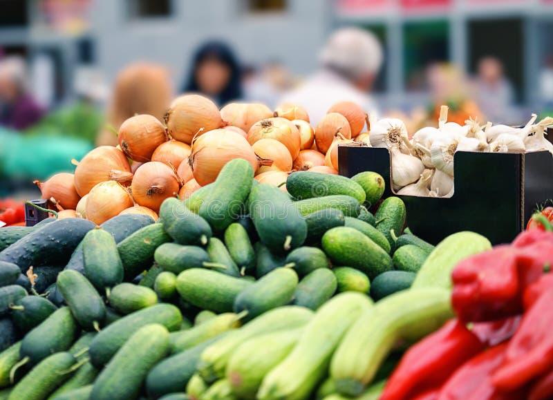 Vegetais e frutos frescos e orgânicos no mercado dos fazendeiros ou no mercado verde Colheita do outono e conceito coberto de urz imagens de stock royalty free