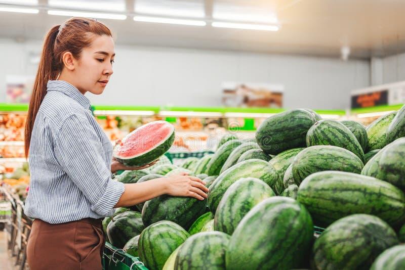 Vegetais e frutos saudáveis de compra do alimento das mulheres asiáticas no supermercado imagens de stock royalty free