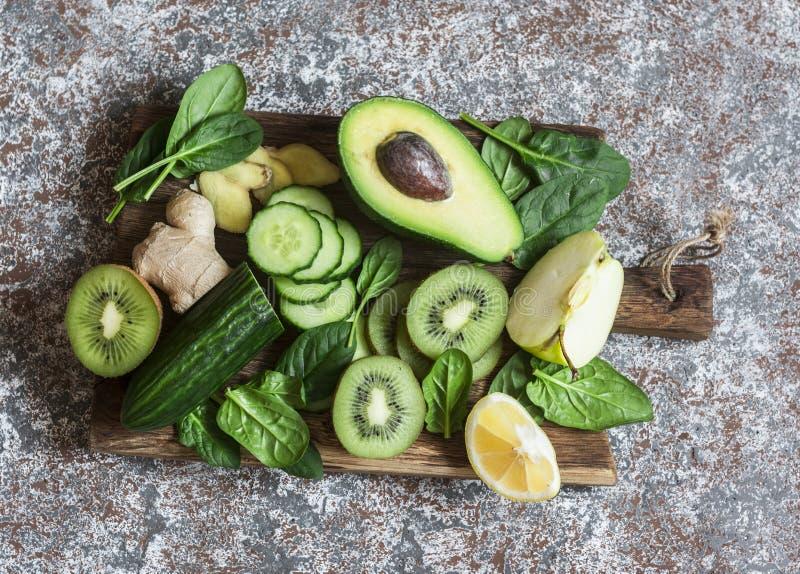Vegetais e frutos verdes da desintoxicação em uma placa de madeira Conceito de um saudável, alimento da dieta imagens de stock