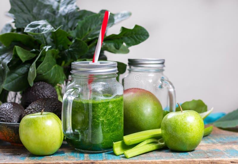 Vegetais e frutos verdes frescos, ingredientes para o healt dietético foto de stock royalty free