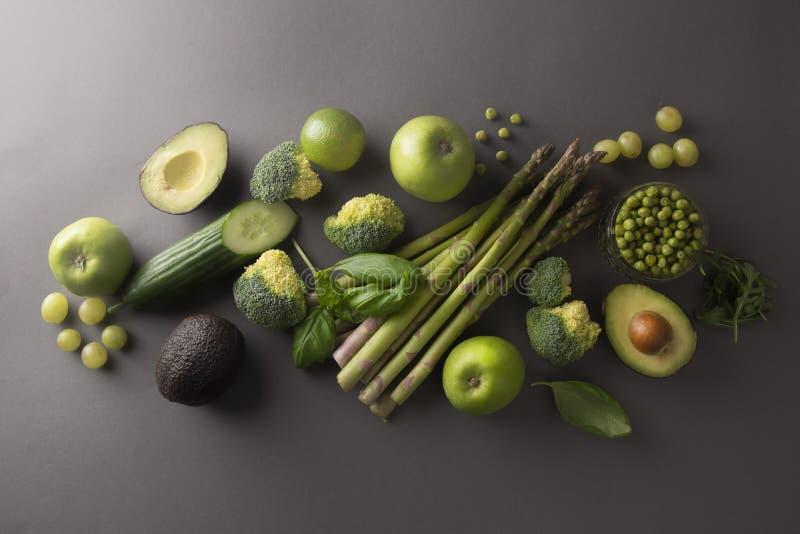 Vegetais e frutos verdes frescos saudáveis: aspargo, pepino, manjericão, ervilhas verdes, abacate, brócolis, cal, maçãs, uvas, fotos de stock royalty free