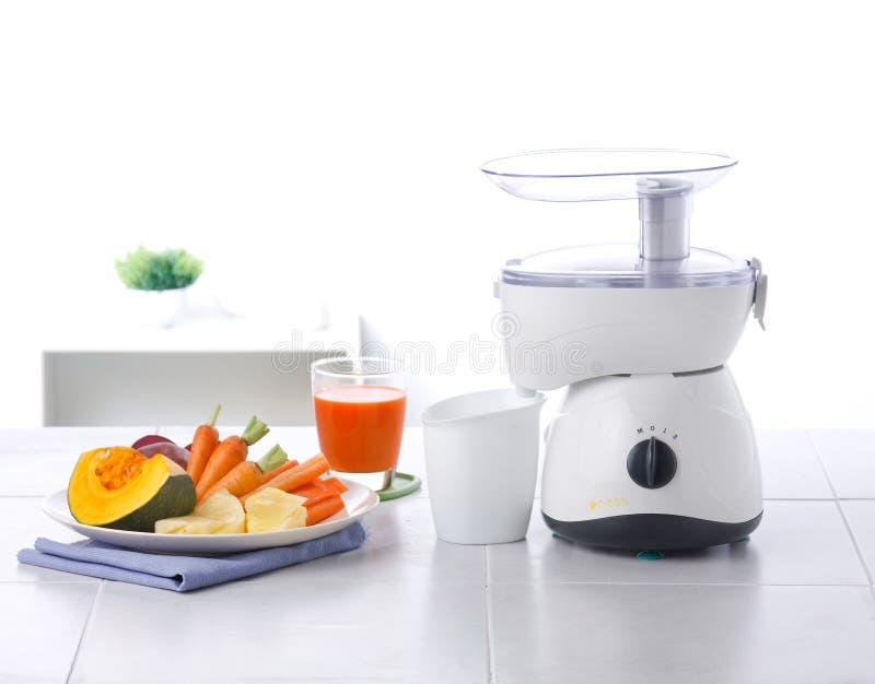 Vegetais e máquina do misturador do suco fotografia de stock royalty free