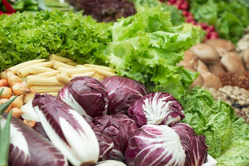 Vegetais e mantimentos no supermercado fotografia de stock
