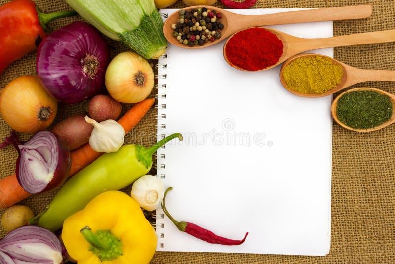 Vegetais e papel para notas foto de stock royalty free
