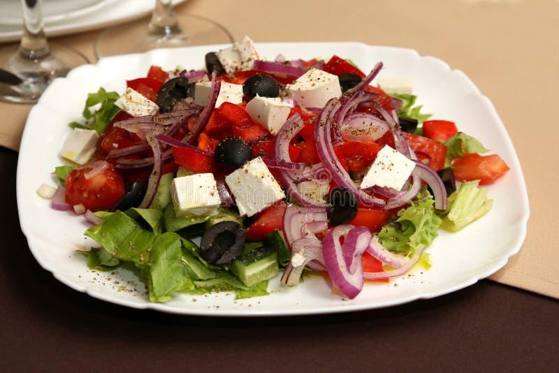 Vegetais e queijo de salada em uma placa branca imagens de stock royalty free
