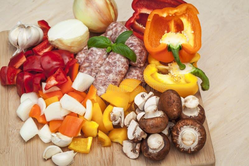 Vegetais e salsichas desbastados fotografia de stock