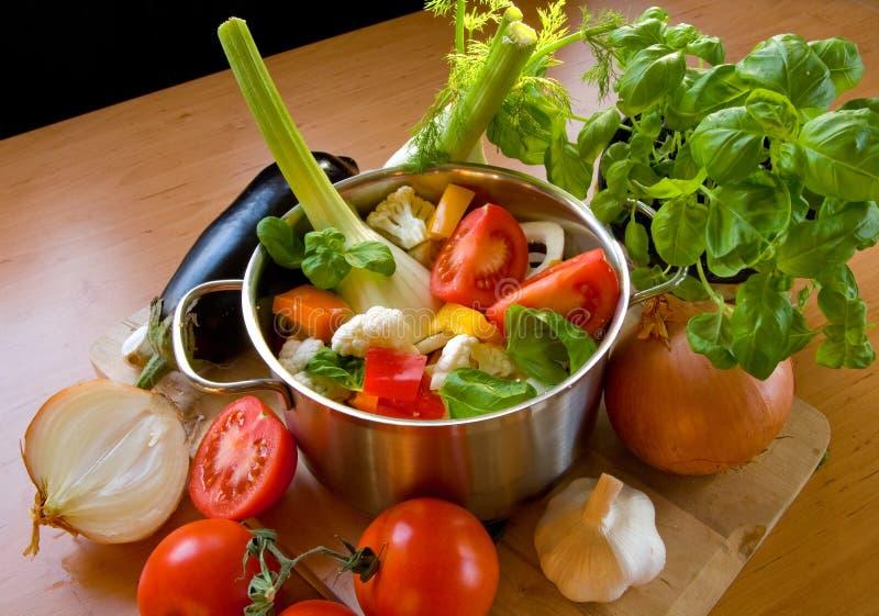 Vegetais em cozinhar o potenciômetro fotos de stock