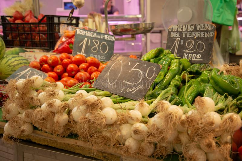 Vegetais em um stsll do mercado imagem de stock