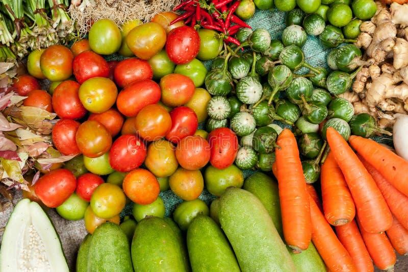 Vegetais, ervas e especiarias orgânicos frescos no mercado imagens de stock