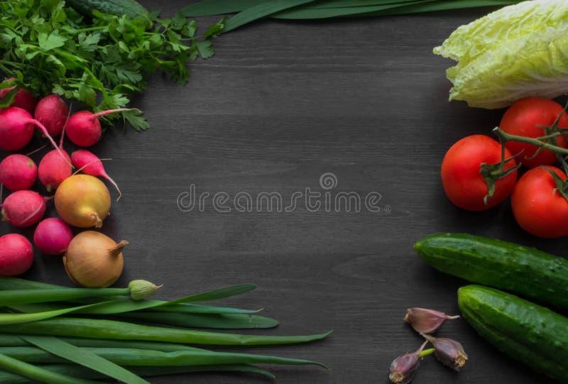Vegetais frescos do verão em uma tabela de madeira preta imagem de stock royalty free
