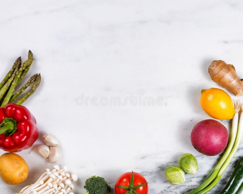 Vegetais frescos e fruto inteiros indicados no sto de mármore natural fotos de stock