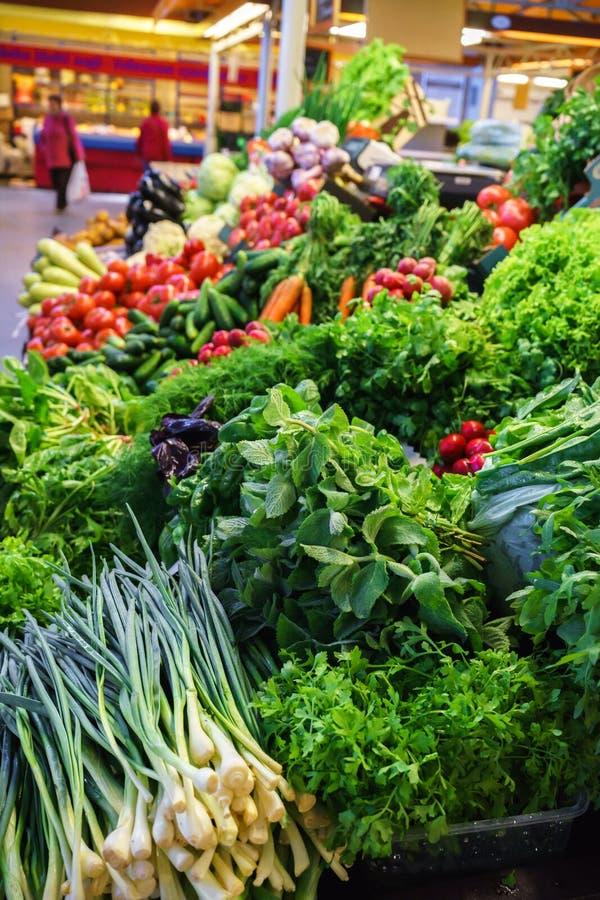 Vegetais frescos e orgânicos no mercado dos fazendeiros: raddish, tomates, aneto, salada, onoins verdes, alho fotos de stock