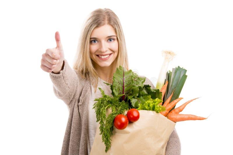Vegetais levando da mulher bonita imagem de stock