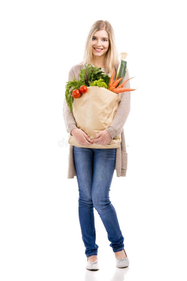 Vegetais levando da mulher bonita imagens de stock