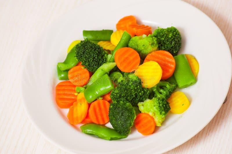 Vegetais misturados em uma placa imagem de stock royalty free