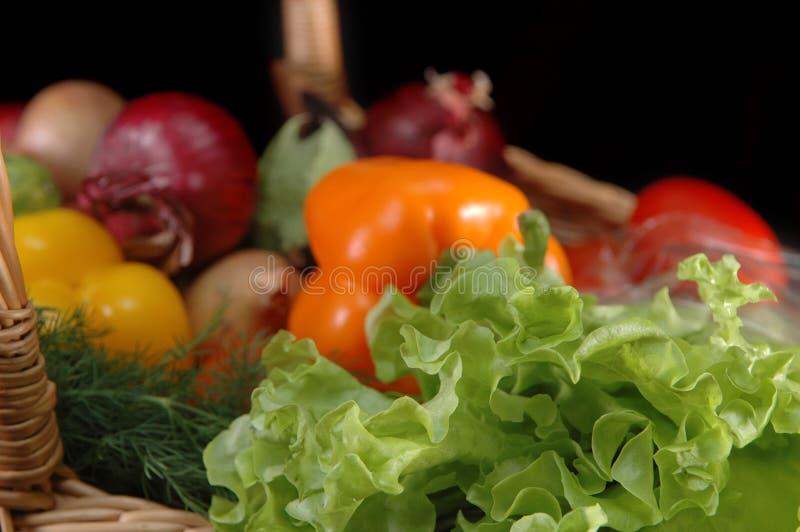 Vegetais na cesta imagens de stock royalty free