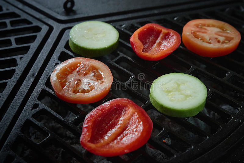 Vegetais na grade barbecue A vista da parte superior imagem de stock